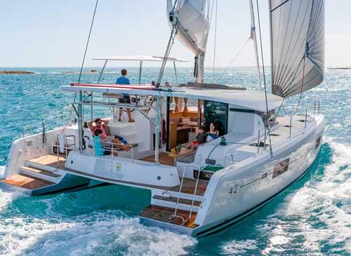 Een catamaran zeilboot huren voor een korte zeilvakantie.